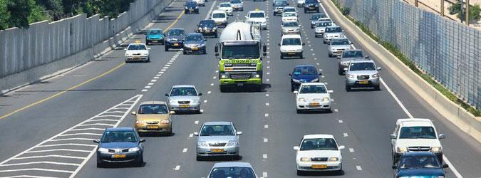 רכבים נוסעים על הכביש